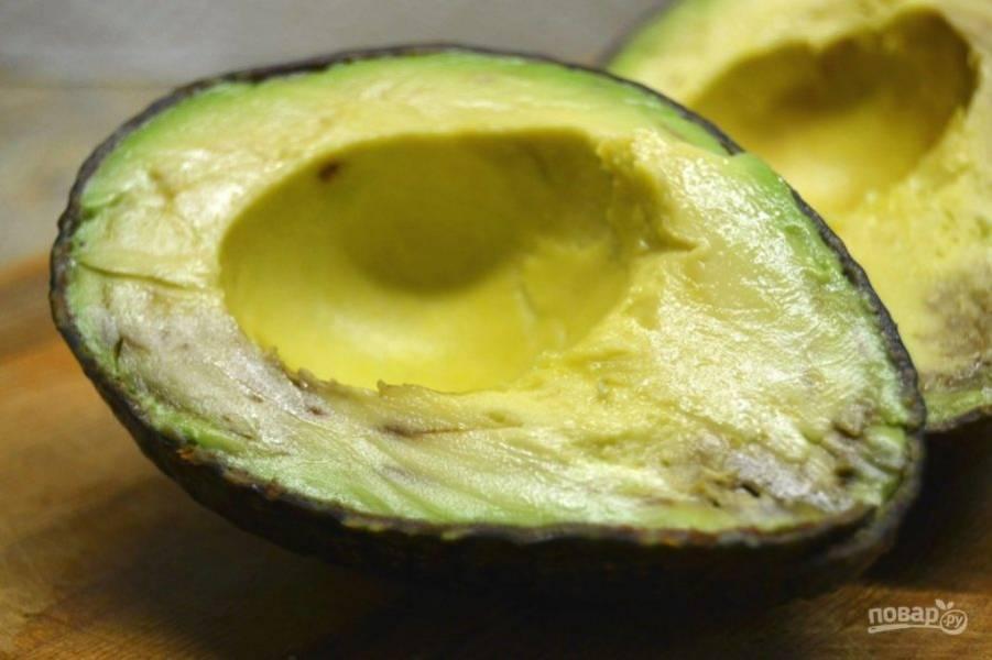 1.Разрежьте авокадо пополам, аккуратно удалите косточку.