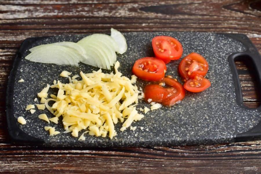 Нарежьте полукольцами половину репчатого лука, кружочками помидоры, и натрите на крупной терке сыр.