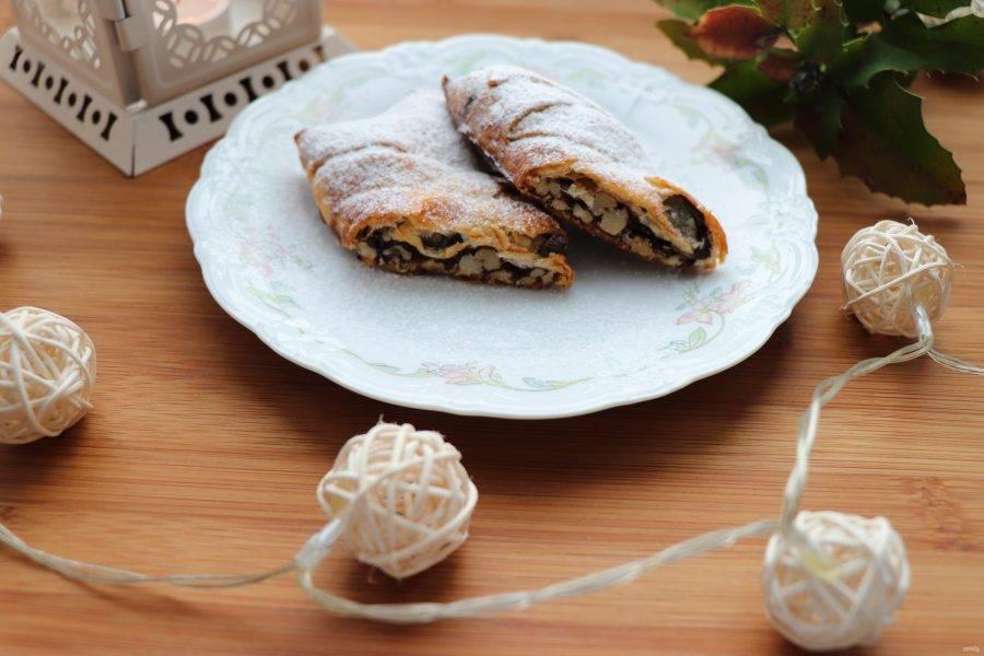Готовый штрудель посыпьте сахарной пудрой. Подавайте его еще теплым, но и в холодном виде его вкус будет отличным. Приятного аппетита!
