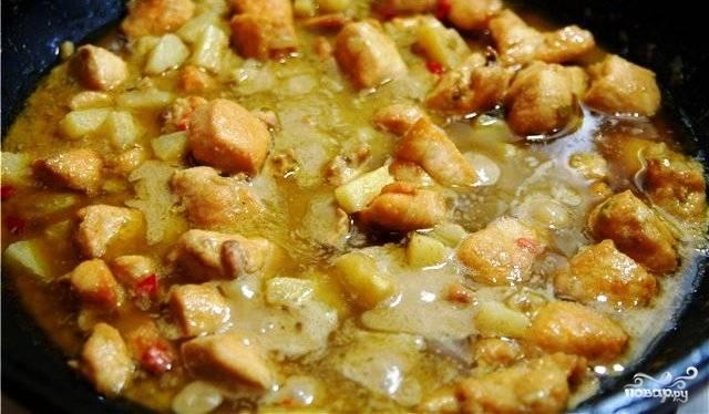 За 3-5 минут до готовности добавляем в вок ананас (кубиками), цедру лайма. Солим.
