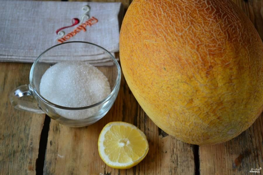 Подготовьте все необходимые ингредиенты. Дыню хорошо промойте и разрежьте пополам. Извлеките из нее семена, снимите корочку. Помойте лимон и разрежьте напополам.