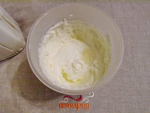 8. Готовим крем. Для крема понадобится хорошо охлажденная сметана, загуститель для сметаны и сахарная пудра. Взбиваем до густоты миксером.