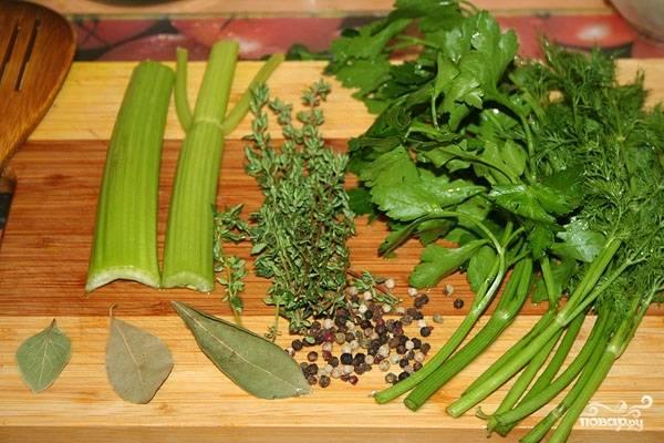 Затем добавляем свежую зелень (ее нарезать не надо), лавровый лист, перец горошком. Петрушку и укроп можно перевязать ниткой, чтобы ее потом было удобней извлечь из бульона. Теперь солим и перемешиваем.