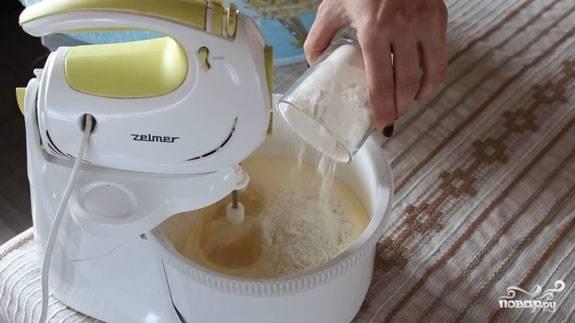 4. Постепенно всыпайте заранее просеянную муку. Я не использую в этот простой рецепт венских вафель для электровафельницы ни разрыхлитель, ни соду.