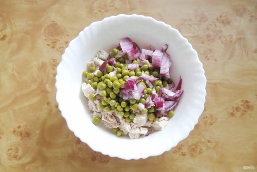 Красный лук мелко нарежьте и добавьте в салат.