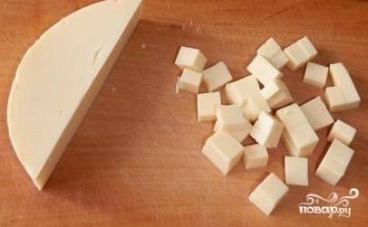 Сваренную луковицу вынимаем и добавляем в кастрюлю сыр, нарезанный или натертый на терке (если положить сыр на часок в морозилку, он натрется намного проще) небольшими порциями и при постоянном помешивании венчиком.