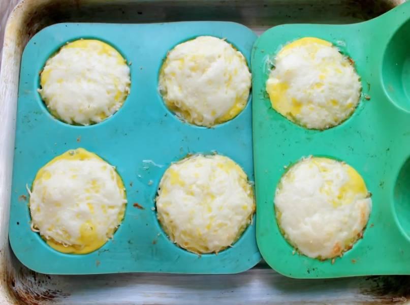 Поставьте в горячую духовку и запекайте рыбные кексы в течение 15 минут при температуре 180 градусов.