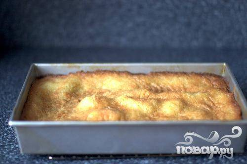5. Запекать пирог от 30 до 45 минут, до золотисто-коричневого цвета сверху.
