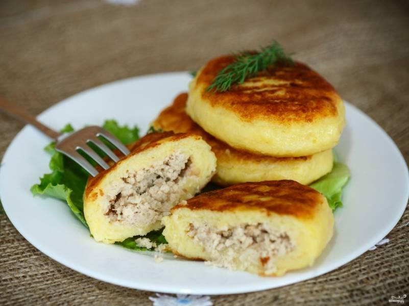 Картофельные котлеты с секретом в виде куриного фарша выглядят как обычные пирожки. На самом же деле, муки в них минимум. Угощайтесь этим сытным и необычным блюдом хоть каждый день! Подавайте с зеленью.
