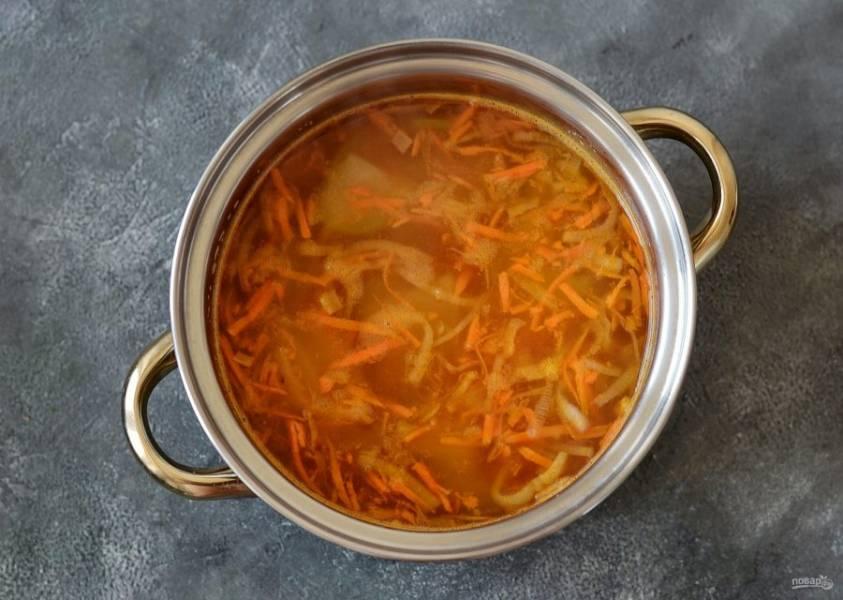 Вскипятите воду, добавьте все подготовленные овощи. Варите суп 20 минут на среднем огне.