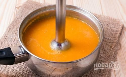 После этого измельчите суп блендером в пюре.