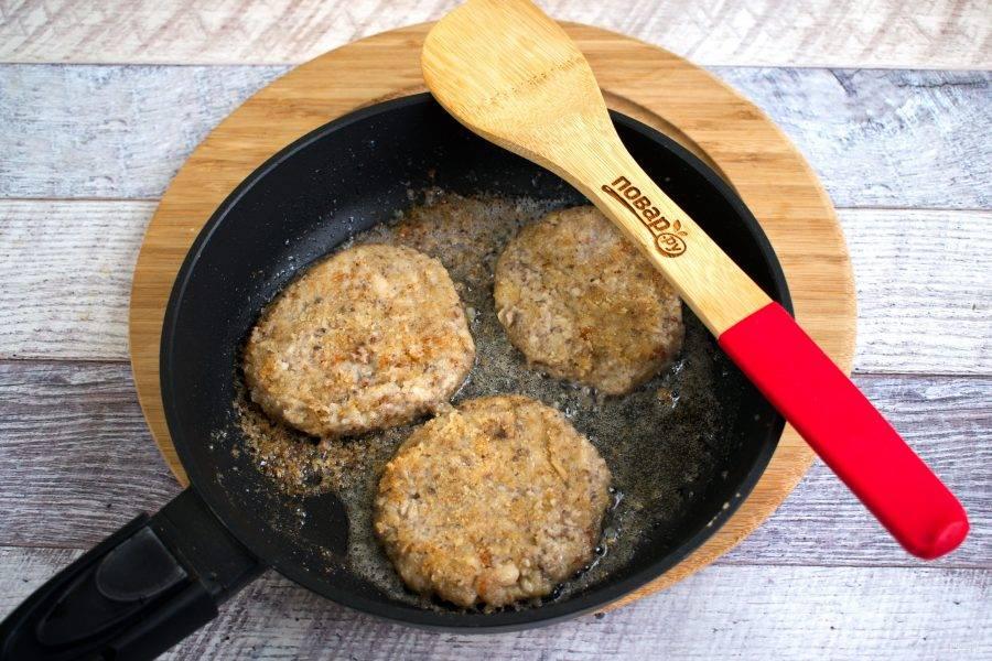 Сформируйте из паштета круглые котлеты, такого же диаметра, как и булочка. Обжарьте котлеты на разогретом масле с обеих сторон до румяной корочки.