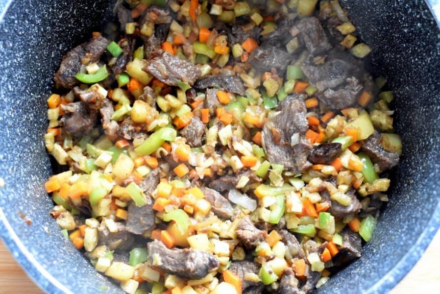 Добавьте к мясу картофель и морковь, обжарьте при помешивании в течение 3-4 минут. Затем добавьте редьку и сладкий перец. Обжаривайте еще 3-4 минуты.