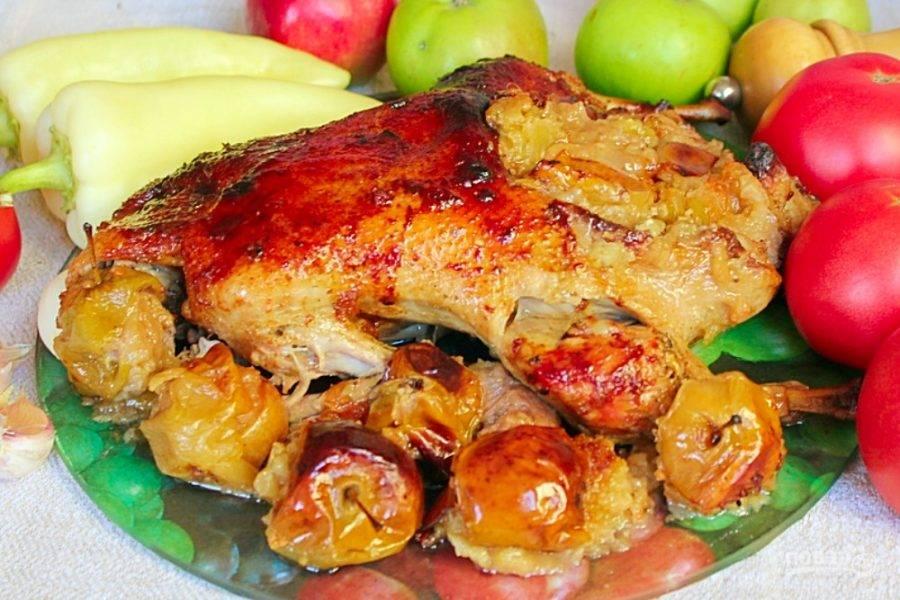 Готовую утку подаем горячей вместе с печеными яблоками и овощами. Приятного аппетита!