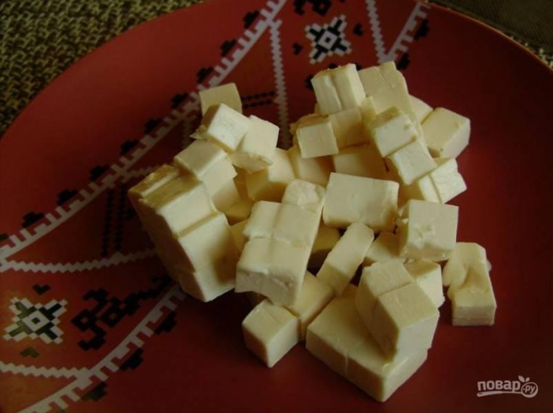 8. И в самом конце отправляем нарезанный кубиками плавленый сырок.
