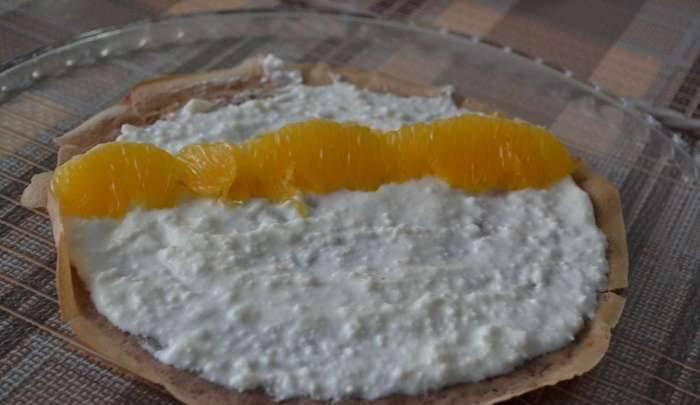 5. Когда блины остынут, нужно их начинить: творог взбиваем миксером, добавляем в него ванильный сахар. Параллельно чистим апельсин, нарезаем его мякоть (можно брать любые фрукты и ягоды).