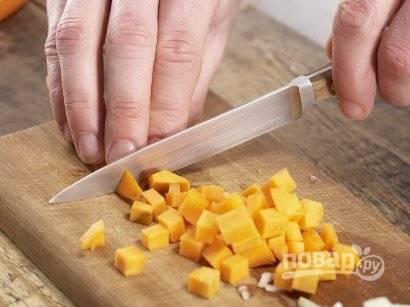 Дальше нарезаем мелко лук, имбирь натираем на терке, а картофель и морковку — небольшими кубиками. В кастрюлю добавляем 1 ст.л. оливкового масла и слегка обжариваем лук и имбирь.