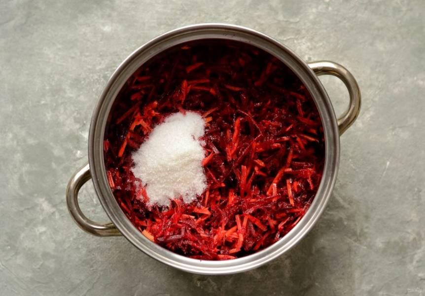 На среднем огне начните нагревать кастрюлю с овощами. Добавьте соль и сахар.