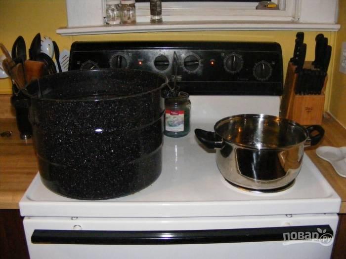 2.В сотейник вливаю воду, добавляю уксус и сахар, довожу смесь до кипения и размешиваю крупинки, после этого убираю с огня. Большую кастрюлю заполняю немного водой, нагреваю в ней воду.