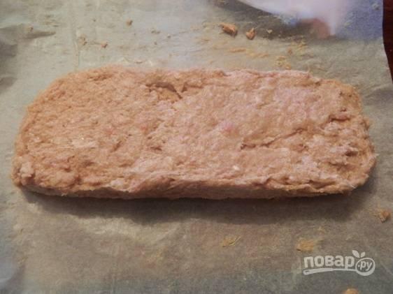 На пергаменте формируем из фарша хлебец размером, как форма, в которой будете его запекать.