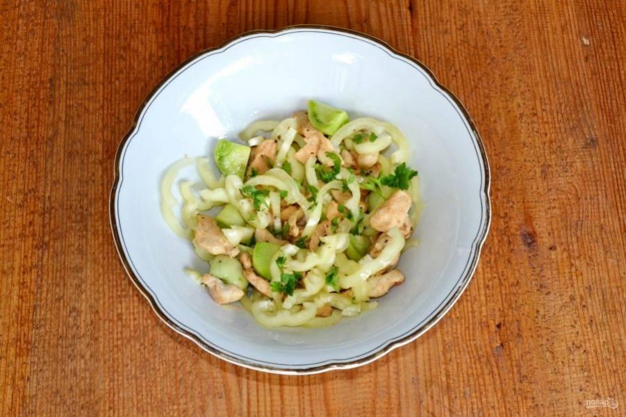 Все перемешайте, по вкусу добавьте соль, перец, измельченную свежую зелень.