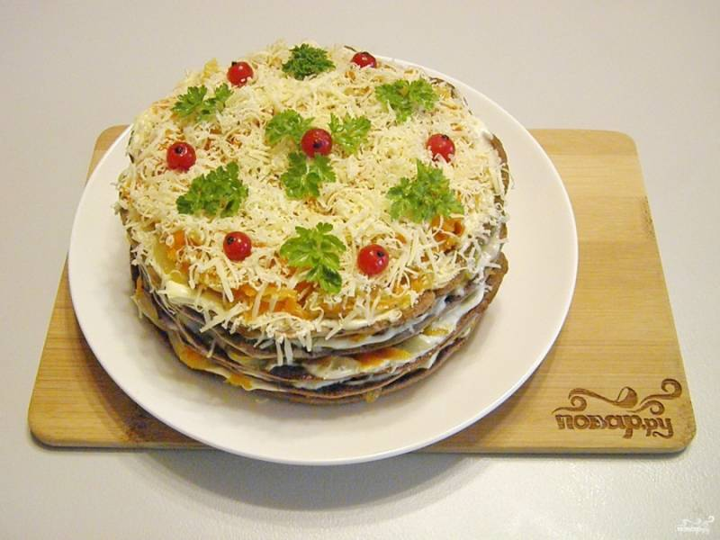 Дайте тортику постоять и пропитаться немного (хотя бы часик). Потом украсьте тертым сыром, зеленью, ягодами. Готово!