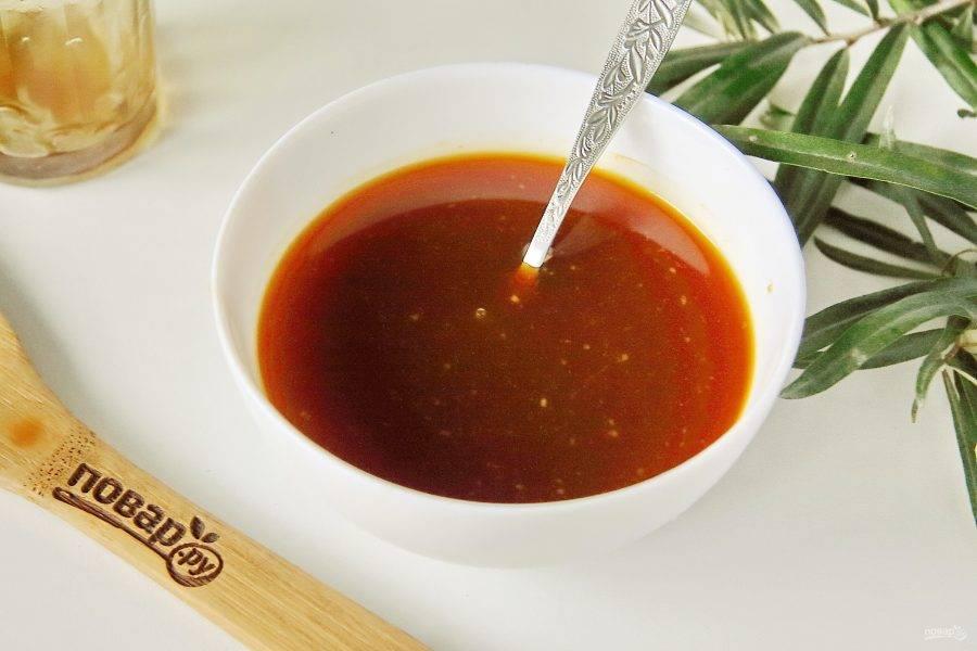 Добавьте к облепиховому соку мед и хорошо перемешайте. Дайте возможность меду полностью разойтись и напитать своим вкусом все содержимое. Для этого оставьте емкость с содержимым на кухонном столе на 2-3 часа.