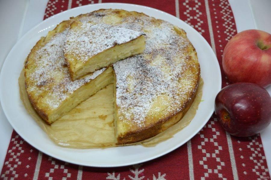Пирог слегка охладите, присыпьте сахарной пудрой и подавайте к столу. Пирог необыкновенно хорош, с нежным ванильно-сливочным вкусом, сочный из-за большого количества начинки. Не пирог, а наслаждение!
