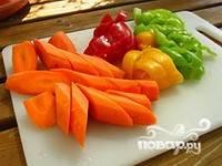Крупно порезать морковь, перец и помидоры. Заложить овощи в казан.