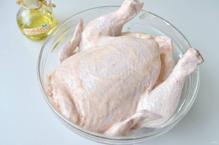 2. Натрите курочку солью и черным перцем. Смешайте йогурт с паприкой и перцем жгучим, смажьте курочку и оставьте мариноваться на 2 часа.