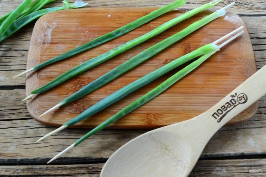 Длинные бамбуковые шпажки просуньте в перья зеленого лука. Это будут ножки тюльпанов.