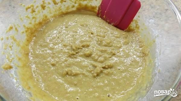 4. Добавьте в мисочку измельченный арахис и просеянную с разрыхлителем муку. Все тщательно перемешайте, чтобы получилось однородное тесто.