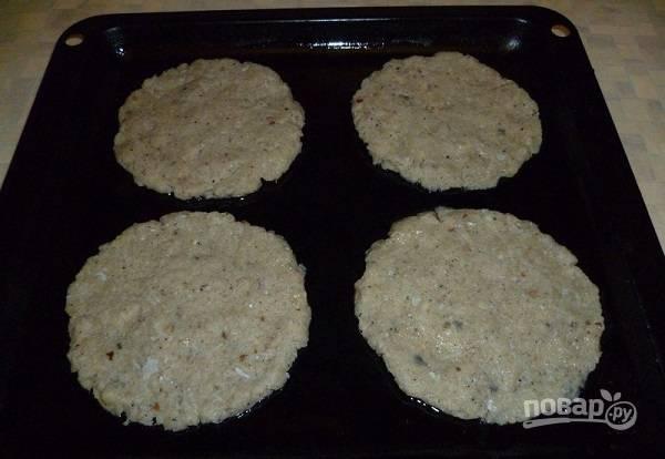 4. Подготовьте противень, смажьте его немного маслом. Из фарша сформируйте тонкие котлетки, выложите их на противень.