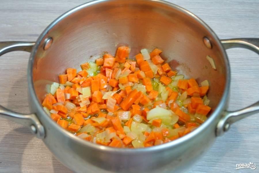 Когда лук обжарится, добавьте нарезанную мелко морковь.