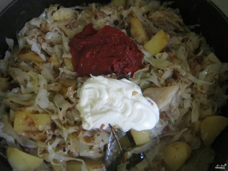 Через 15 минут добавляем порубленную капусту и накрываем наши овощи крышкой. Тушим до мягкости (с добавлением специй и лаврушки). За 10 минут до конца приготовления добавляем томат, пасту и майонез. Солим за 3 минуты до готовности.