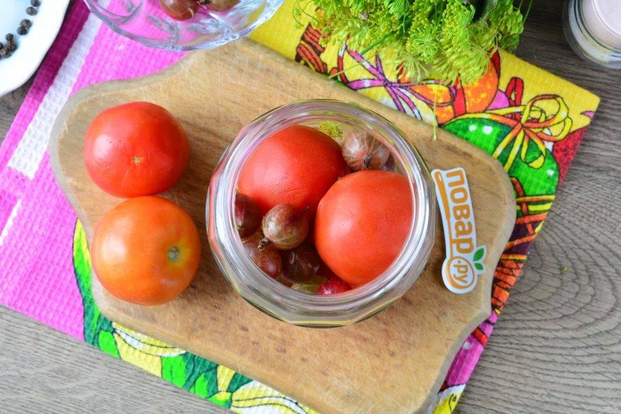 В пространство между помидорами выложите промытый крыжовник.