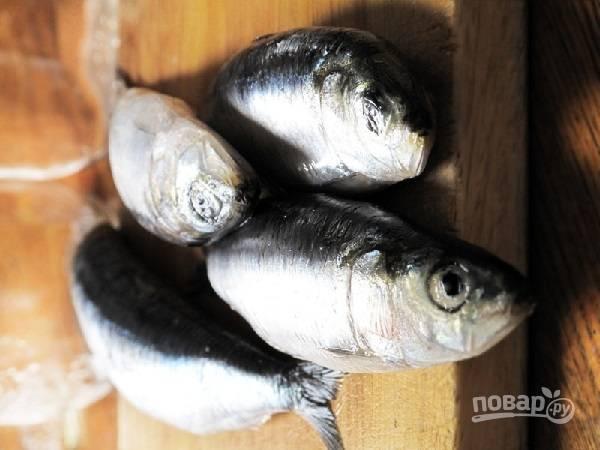 1. Первым делом вымойте и обсушите рыбку.