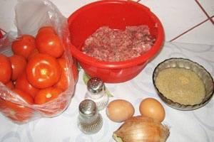 Подготовим ингредиенты. Советую несколько помидоров оставить с веточкой, очень красиво будет выглядеть на блюде.