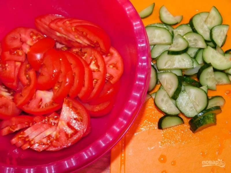 Нарежьте крупно огурцы и помидоры.