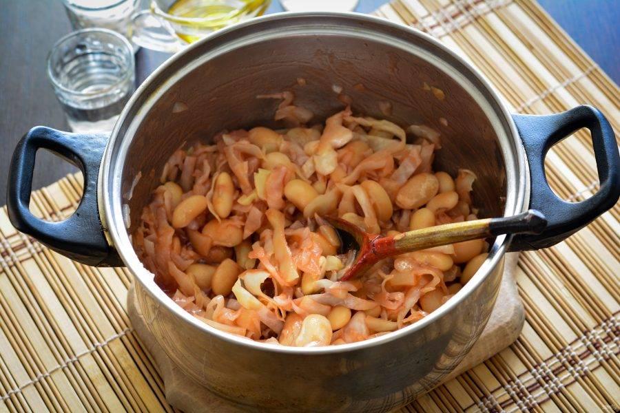 Влейте уксус, перемешайте и готовьте салат на среднем огне еще 2-3 минуты.