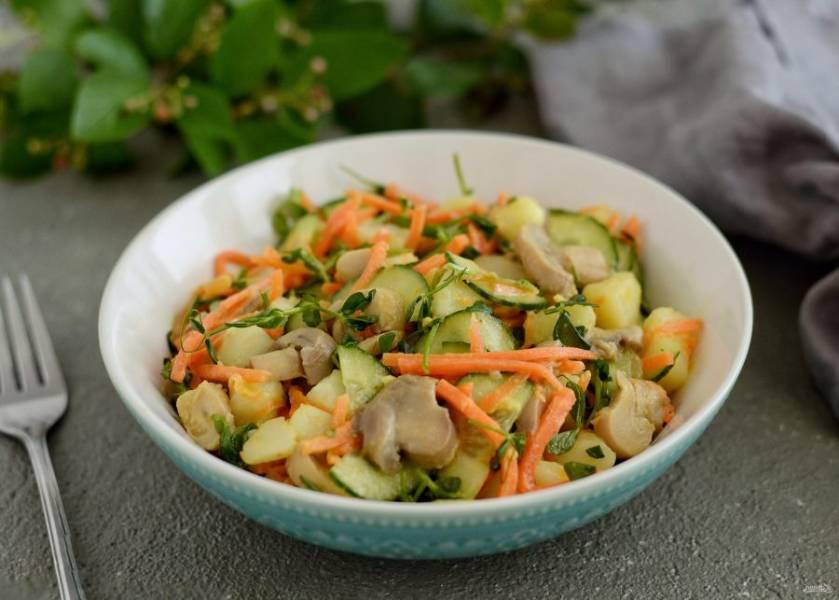 Салат из моркови и шампиньонов готов, приятного аппетита!