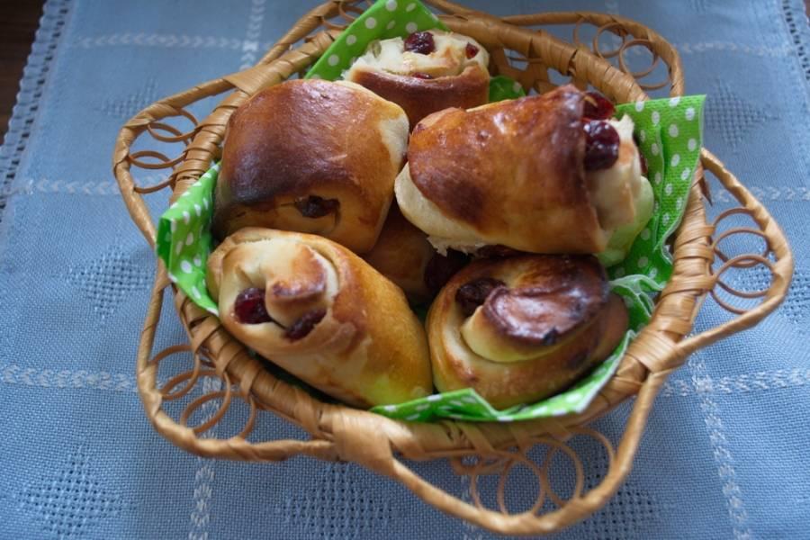 Румяные сладкие булочки подайте к столу.