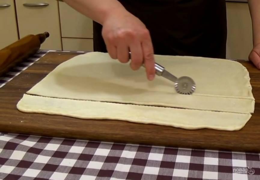 2. Заверните тесто в пленку и отправьте в холодильник на 1 час. На посыпанной мукой доске раскатайте тесто в пласт толщиной 3-4 мм и разрежьте вдоль на шесть одинаковых полос.