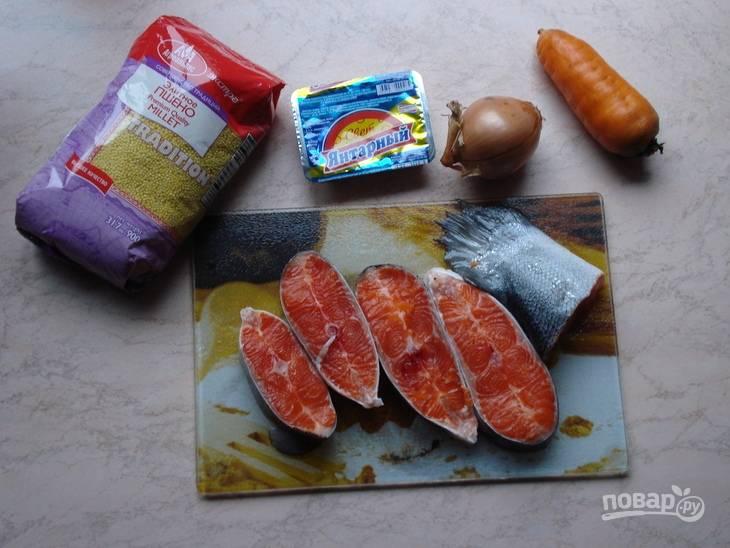 Рыбу почистите и промойте. Нарежьте её порционными кусками. Опустите их минут через 15-20 после лука с морковью. Потом добавьте пшено (спустя 10-15 минут).