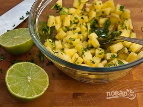 Первым делом приготовим гарнир к рыбе. Нарезаем мелкими кубиками свежий ананас, добавляем к нему нарезанную зелень, сок лайма и ложку соуса. Перемешиваем и отставляем.