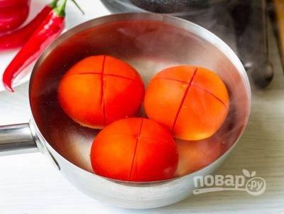 Вскипятите воду и залейте томаты крутым кипятком, предварительно сделав на кончике каждого томата крестообразный надрез. Через пару минут достаньте томаты из горячей воды и очистите от шкурки. Нарежьте помидоры кубиками.