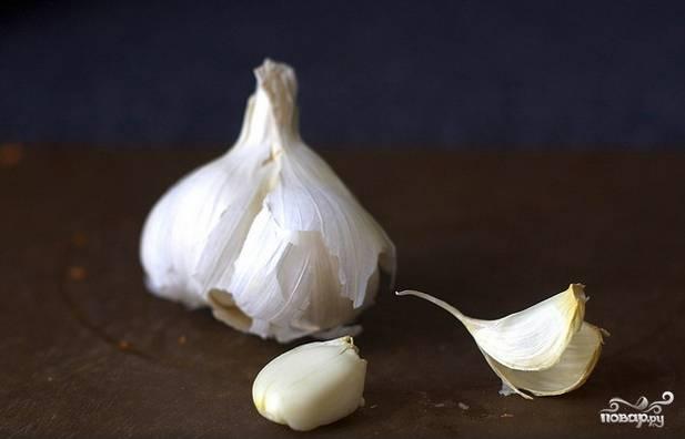 2. Очистите и измельчите чеснок. Количество его зависит от ваших вкусовых предпочтений.
