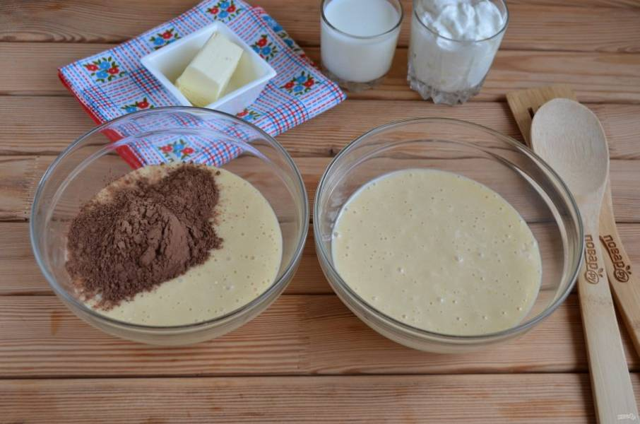 5. Разделите тесто на две равные части, в одну добавьте какао. перемешайте.