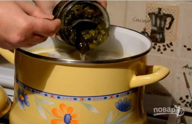 6. За 5 минут до готовности супа закладывайте в него щавель.