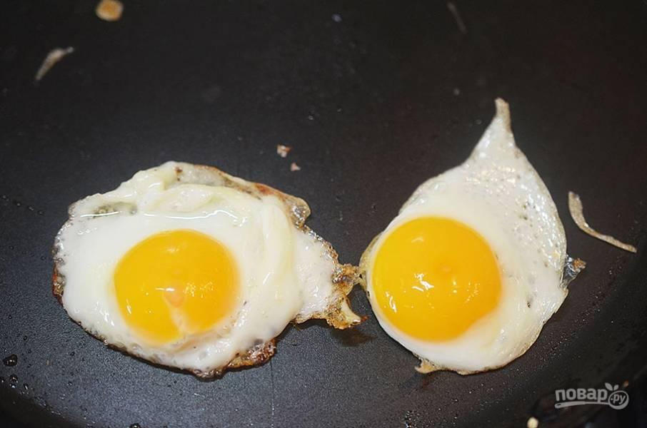 5. Из перепелиных яиц пожарьте глазунью.
